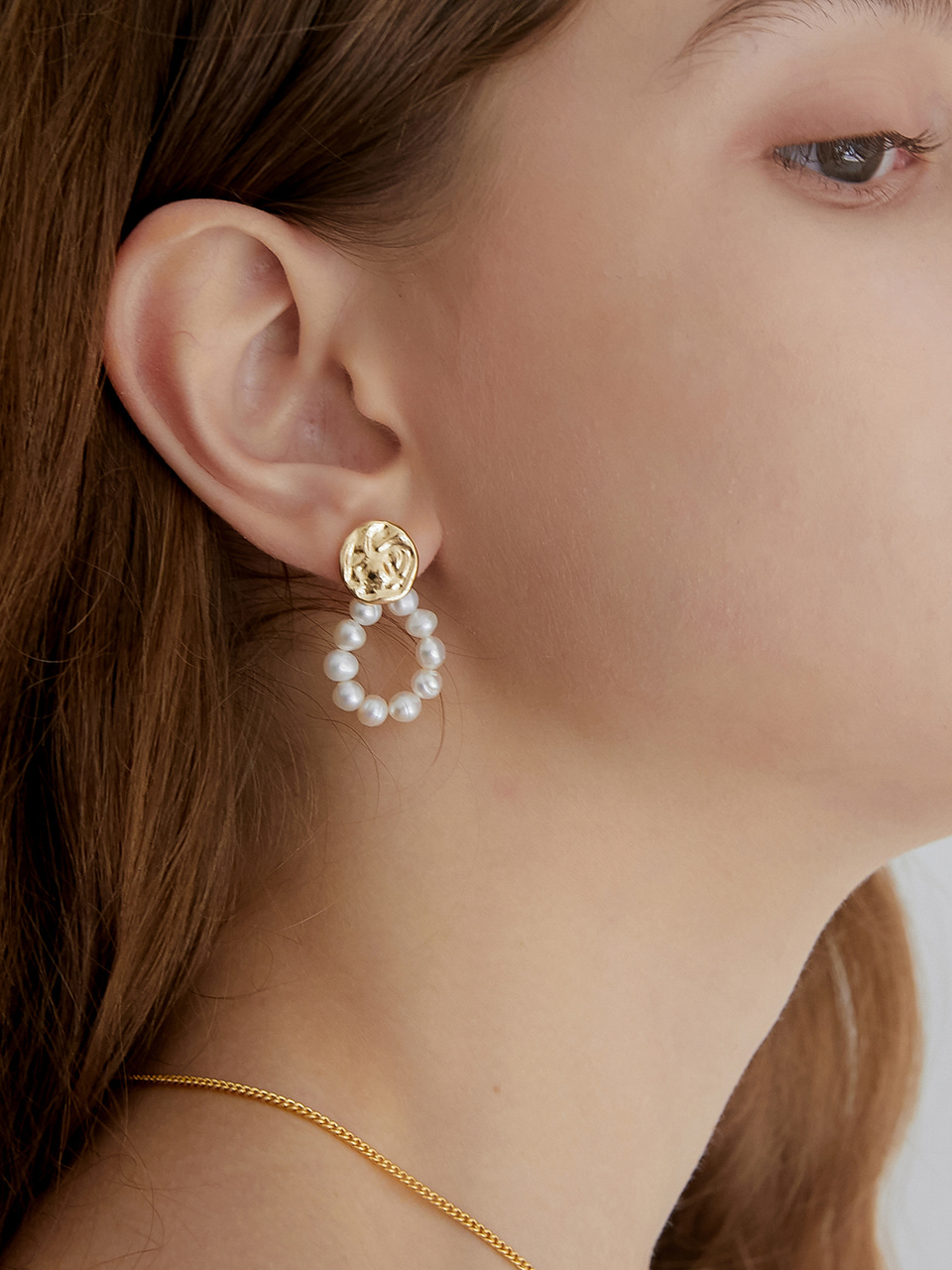 crumple round pearl earring