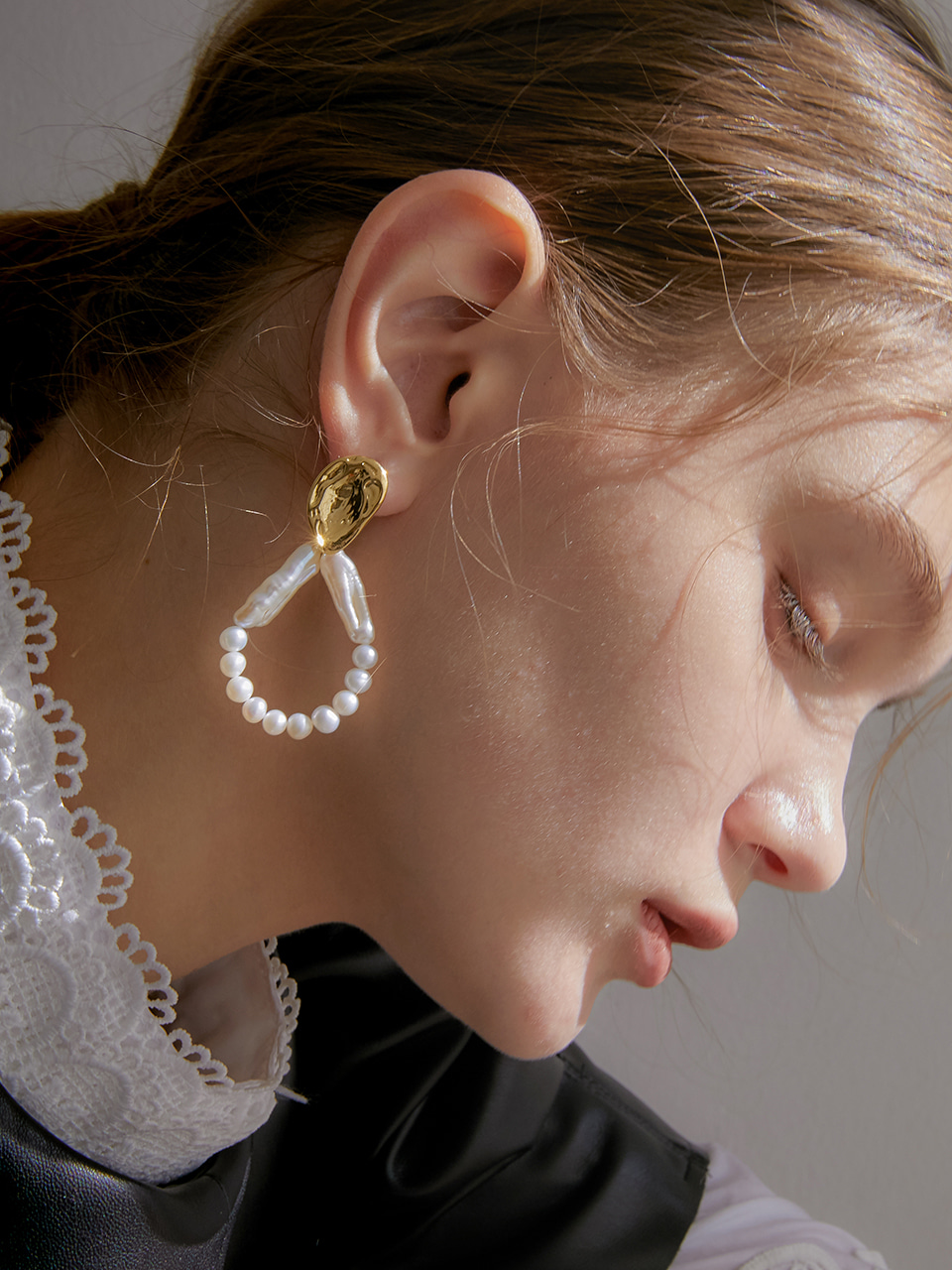 finger crumple round pearl earring