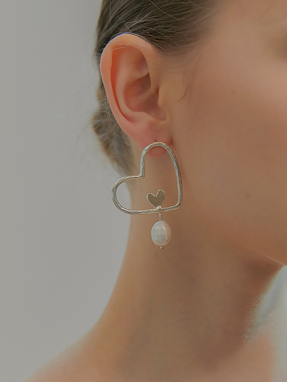 love carry pearl earring